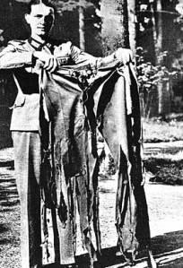 Un soldato mostra i pantaloni di Hitler squarciati dall'attentato del '44