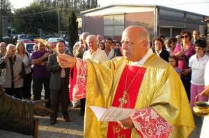 Il parroco Mons. Fogliazza benedice la statua del Cristo orante.