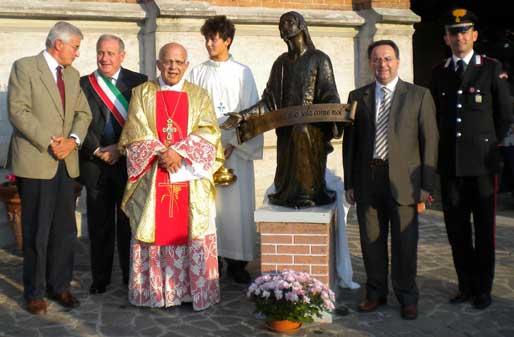 Le Autorità presenti posano accanto alla statuta del Cristo, col parroco Mons. Fogliazza